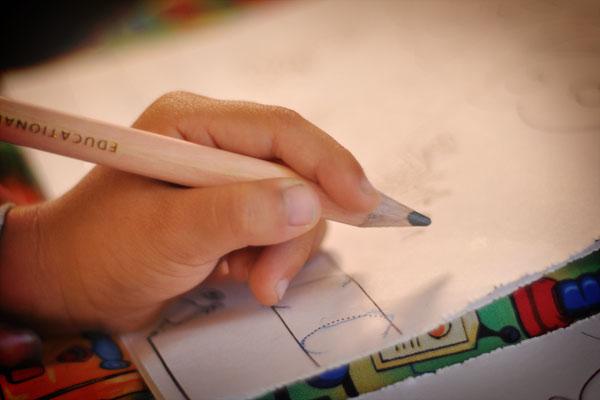كيفية تنمية مهارة الإمساك بالقلم لدى أطفال متلازمة داون