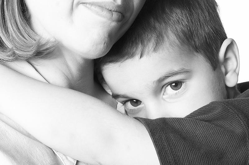كيف يمكن للوالدين تشجيع الطفل الخجول؟