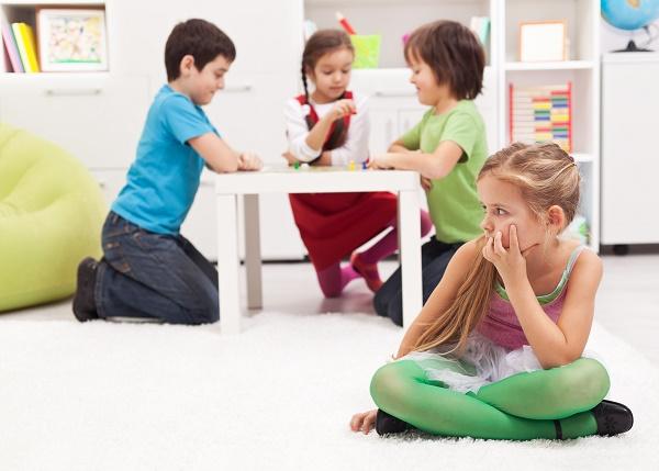 كيف يمكن للمعلمين تشجيع الطفل الخجول؟