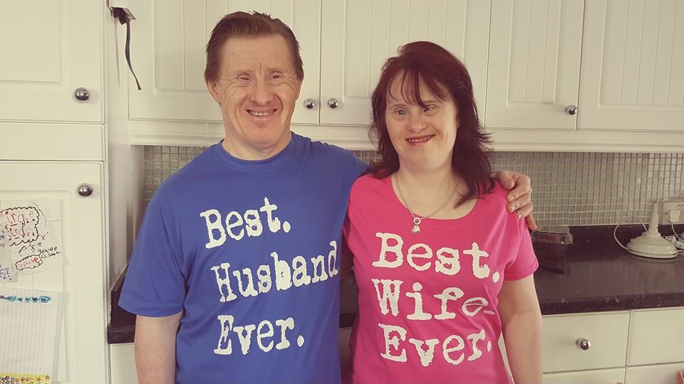 زوجان من ذوي متلازمة داون يحتفلان بمرور 22 عاما على زواجهما